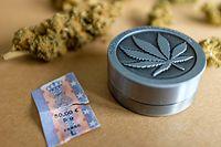 CBD-Hanf ist Cannabis ohne THC und kann seit 2016 in Luxemburg legal erworben werden, THC-freies Gras, CBD ist ein nicht psychoaktives Cannabinoid aus dem weiblichen Hanf (Cannabis). Seit Dezember 2019 wird CDB-Gras in Luxemburg als Tabakware besteuert.