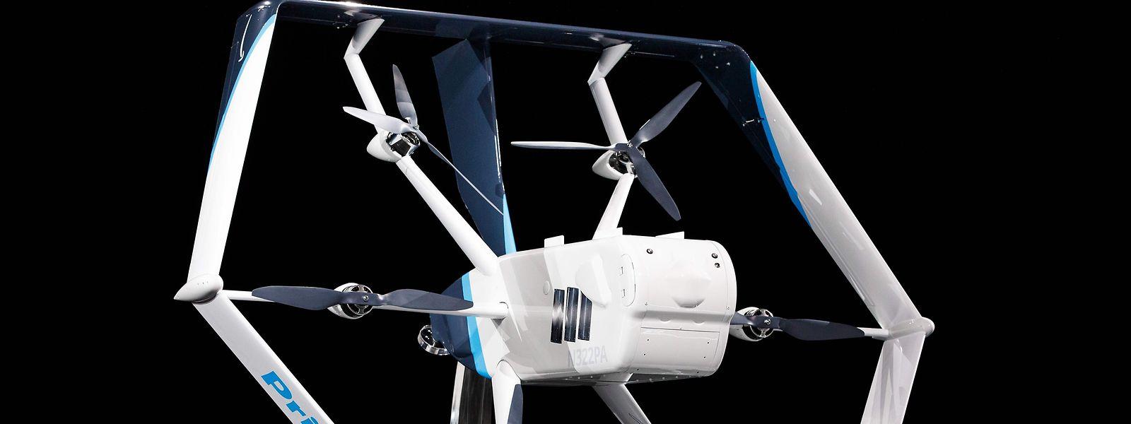 Das jetzt vorgeführte Gerät kann gut 24 Kilometer weit fliegen und bis zu 2,3 Kilogramm schwere Pakete innerhalb von 30 Minuten zustellen.