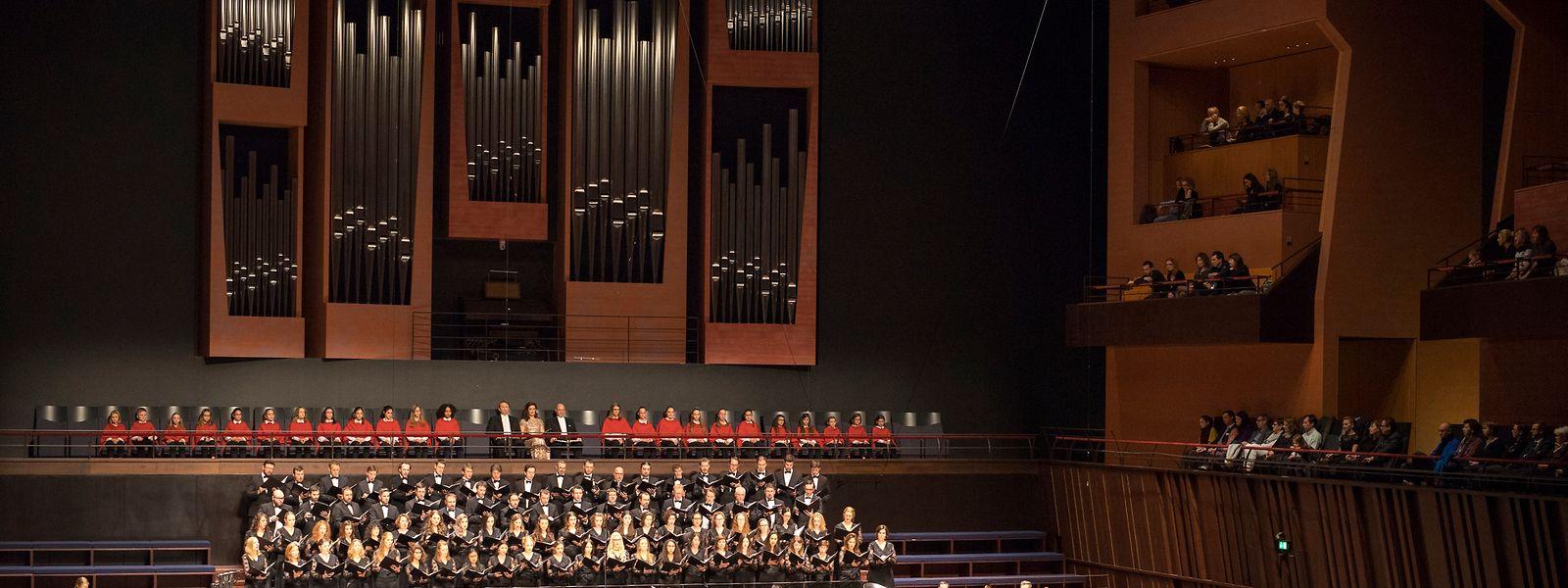 Le Chœur Philharmonique de Luxembourg épaulé par l'Académie pour Jeunes Voix, l'Ensemble à cordes de l'Orchestre de Chambre du Luxembourg ainsi que par la Musique Militaire Grand-Ducale.