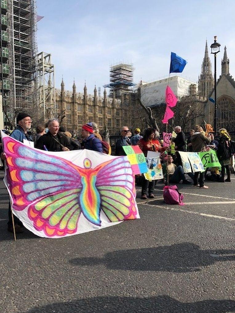 """Jeremy Corbyn admitiu que as acções do grupo Extinction Rebellion (XR)   - na foto - """"comoveram profundamente"""" os membros do Parlamento. Imagens tiradas a 15 abril, em frente ao parlamento britânico."""