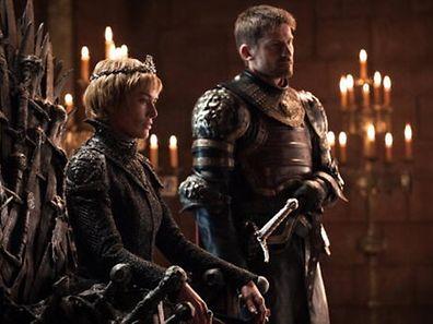 """Vereint am Eisernen Thron: Cersei Lannister (l.) regiert und hat ihren Bruder wieder an ihrer Seite. So viel verraten die ersten Fotos aus der neuen Staffel """"Game of Thrones""""."""