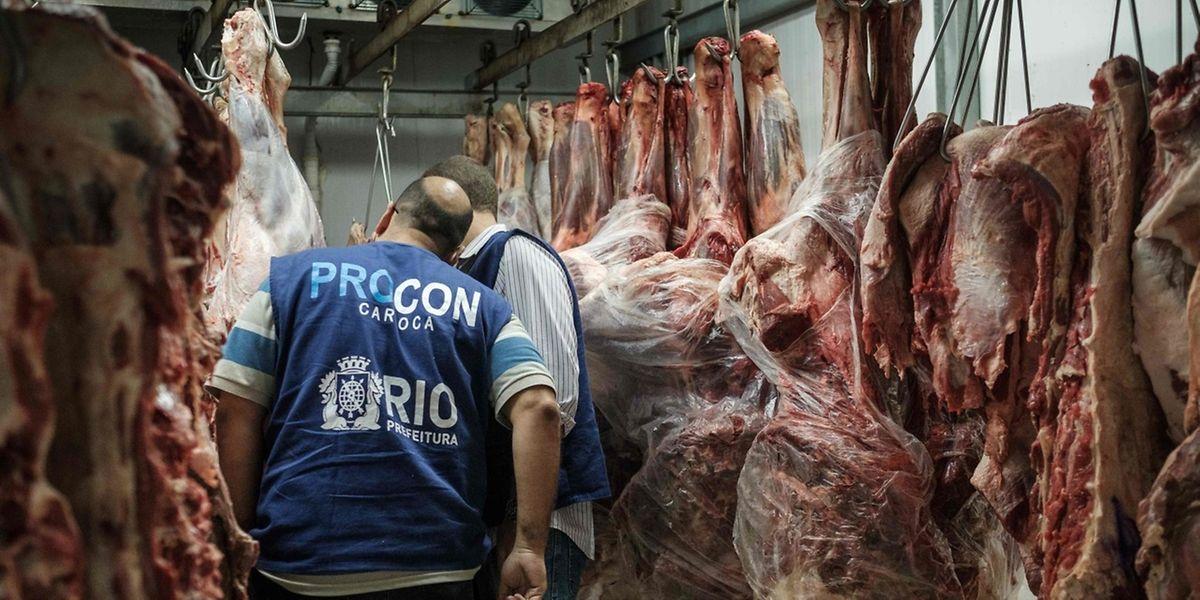 Fleischkontrolle in Rio de Janeiro: In Brasilien sollen mindestens 21 Firmen verdorbenes Fleisch umetikettiert, gestreckt und mit Chemikalien bearbeitet haben.