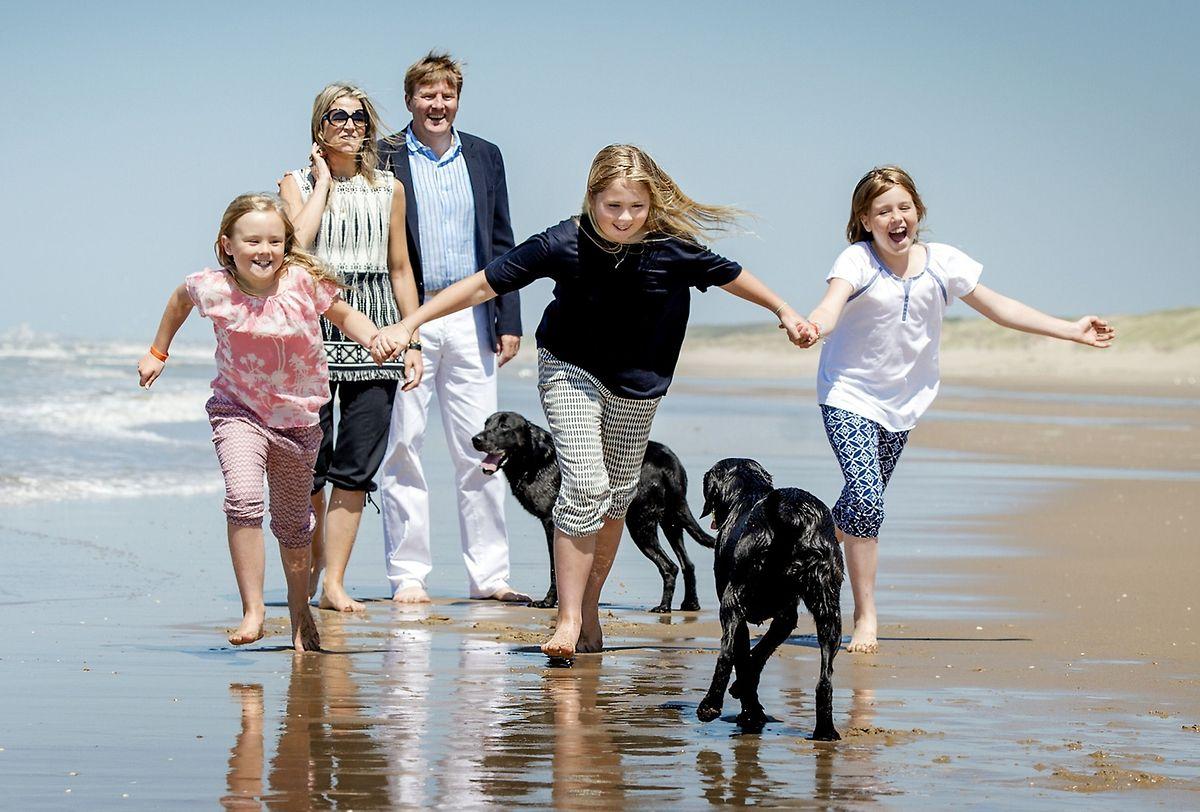 König Willem-Alexander und seine Frau Königin Máxima mit ihren Kindern (v.l.n.r.) Ariane, Amalia und Alexia in Wassenaar, Juli 2015.