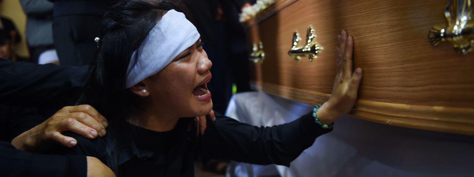 Die Särge mit den Todesopfern wurden zur Bestattung in die Heimatprovinzen gebracht.