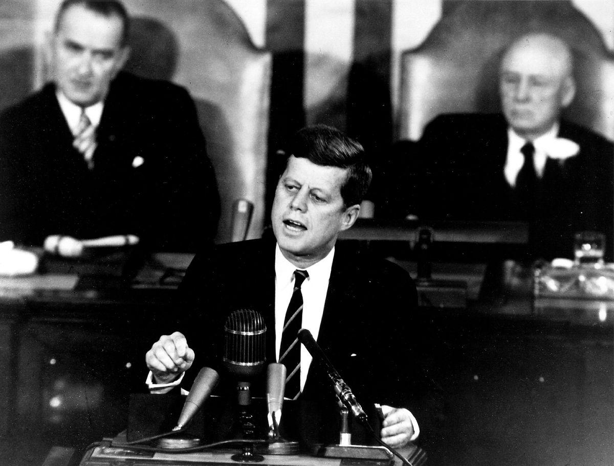 Saoirse Kennedy Hills Großonkel war John F. Kennedy, der 35. Präsident der Vereinigten Staaten.  Er wurde 1963 im Alter von nur 46 Jahren im Amt erschossen.