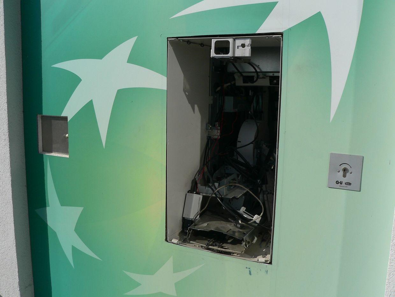 Der Geldautomat beim Schwimmbad im Park Hosingen wurde aus der Wand gesprengt.