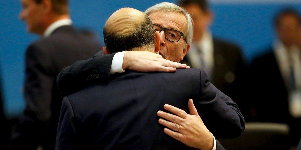 Après l'émotion provoquée par les attentats, les dirigeants du G20 (Jean-Claude Juncker serre ici le commissaire Pierre Moscovici dans ses bras) sont passés à l'action ce lundi.