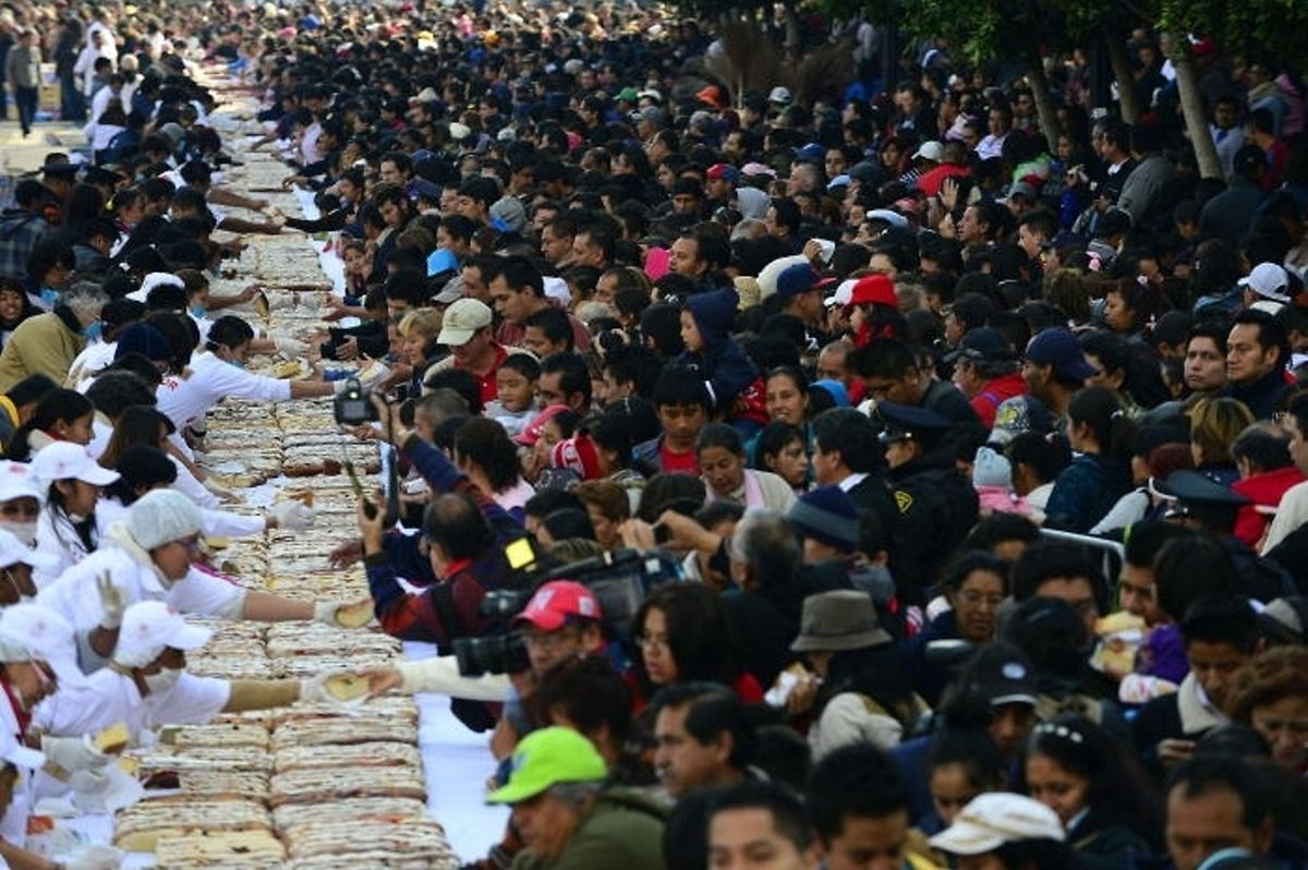 Mexico City bakes an almost 2km long Three Kings' Cake Photo: AFP