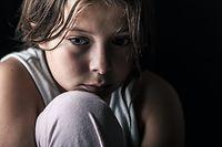 Kinder Armut  Mobbing allein Enfants fille tristesse