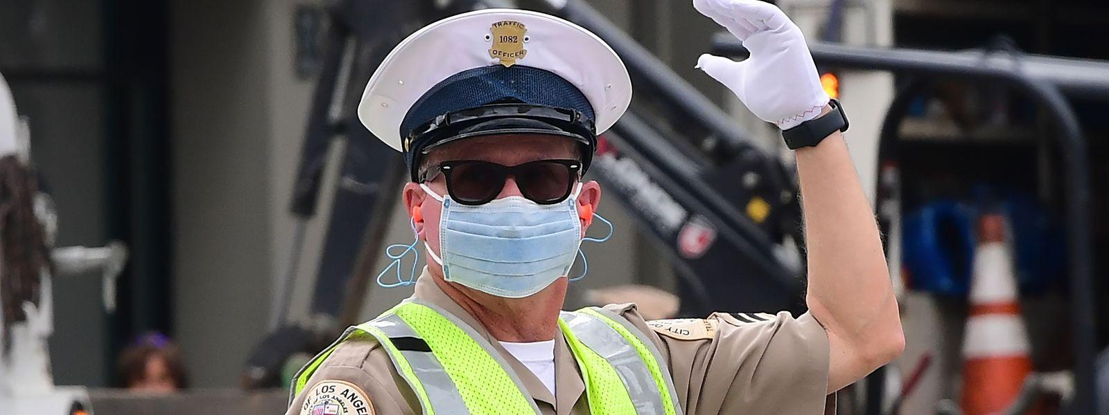 Ein Polizist in Los Angeles schützt sich mit einer Maske.