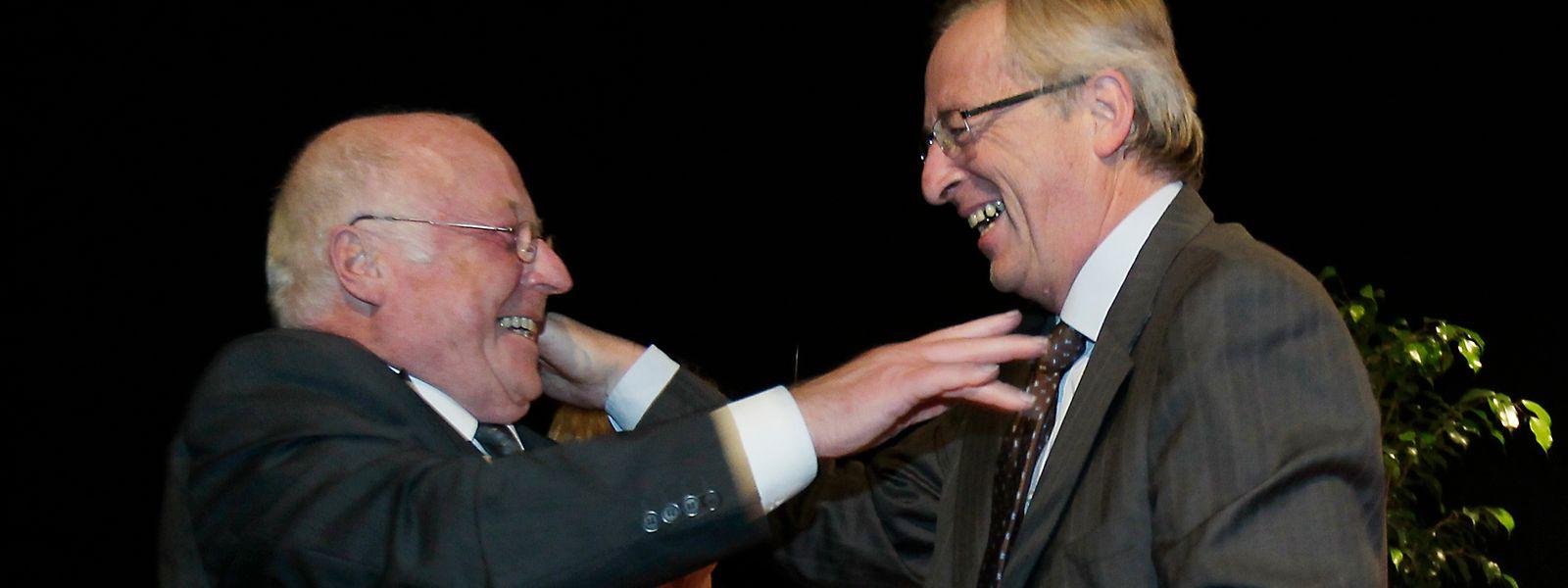 Norbert Blüm nimmt Jean-Claude Juncker bei der Journée sociale 2011 in Luxemburg in die Arme.