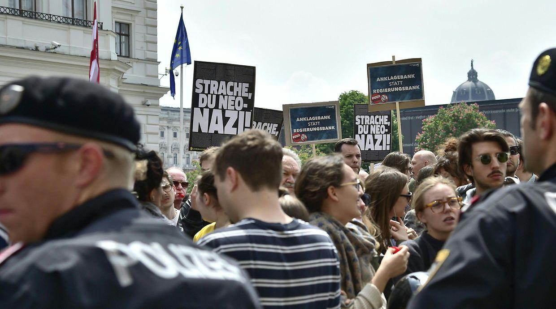 Zahlreiche Menschen demonstrierten am Samstag auf dem Ballhausplatz vor dem Bundeskanzleramt in Wien und forderten Neuwahlen.