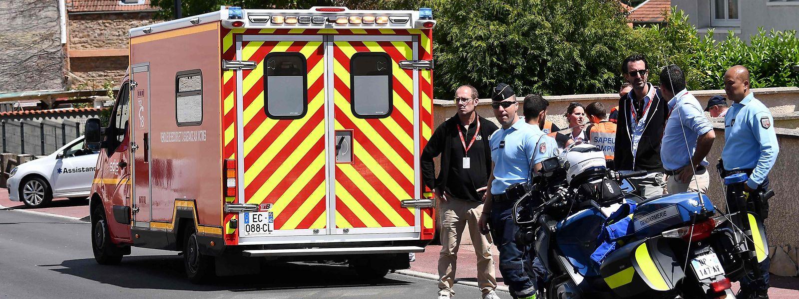 Nach dem Sturz muss Christopher Froome ins Krankenhaus gebracht werden.