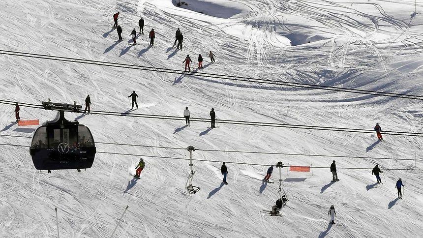 Skifahrer stecken in Gondeln fest
