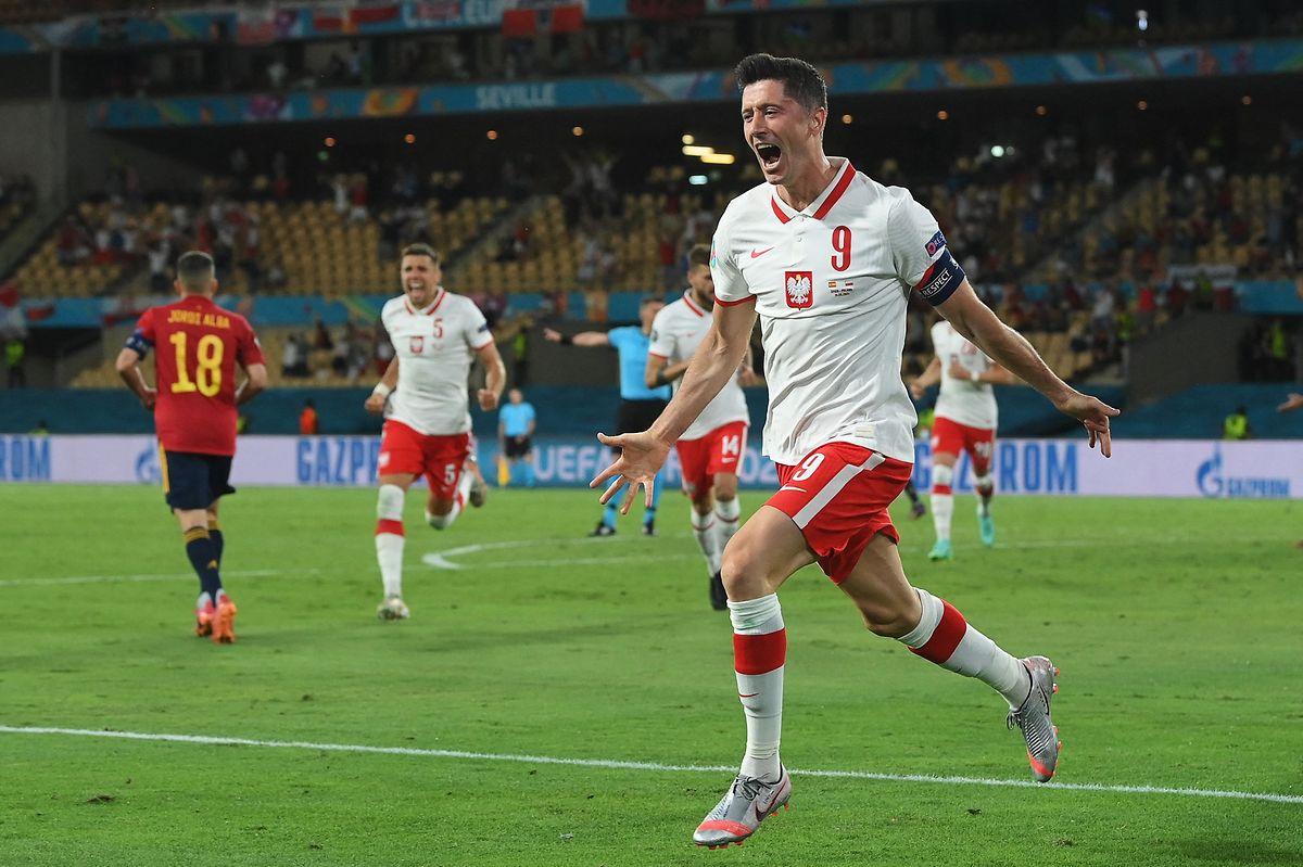 Polens Robert Lewandowski trifft nach 54 Minuten zum Ausgleich.