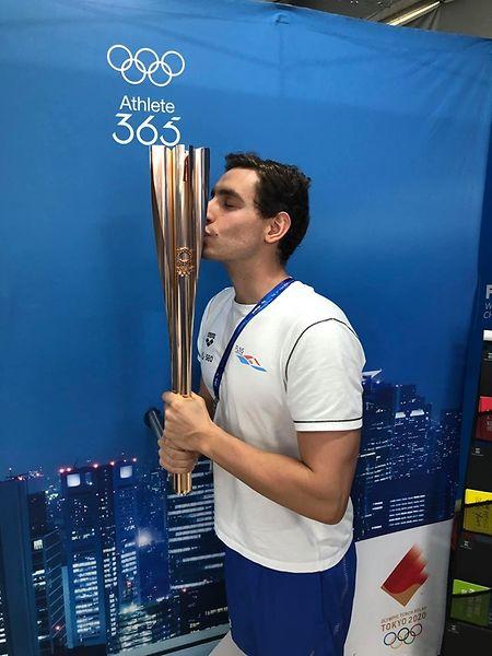 Raphaël Stacchiotti küsst die olympische Fackel.