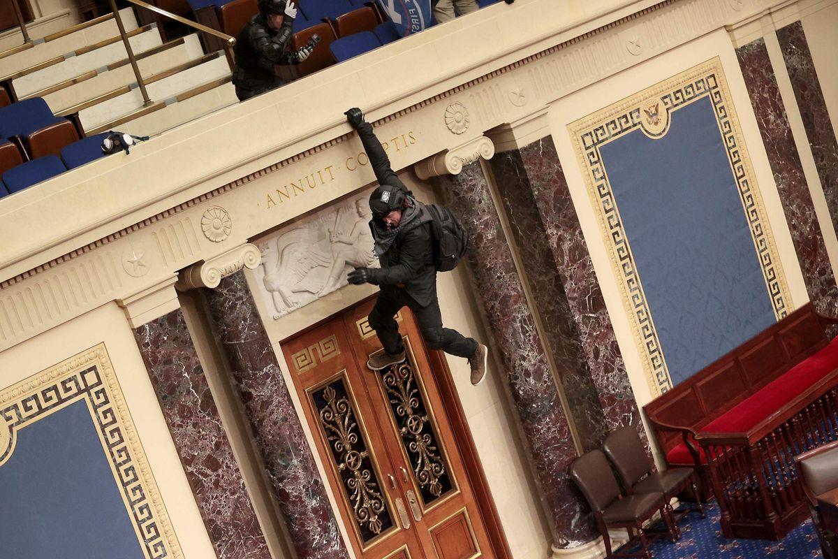 Ein Trump-Anhänger hängt von der Galerie der Senatskammer.
