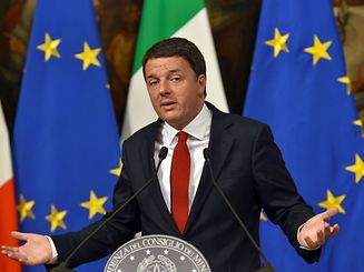Italian Prime Minister Matteo Renzi gestures as he delivers a speech during a press conference at Palazzo Chigi in Rome on November 28, 2016. European stock markets retreated on November 28, 2016, dragged down by falling banking stocks ahead of a crucial Italian referendum at the end of week. Tensions between Italian Prime Minister Matteo Renzi and the EU have reached a boiling point ahead of the referendum on constitutional reform on December 4, 2016. / AFP PHOTO / Andreas SOLARO