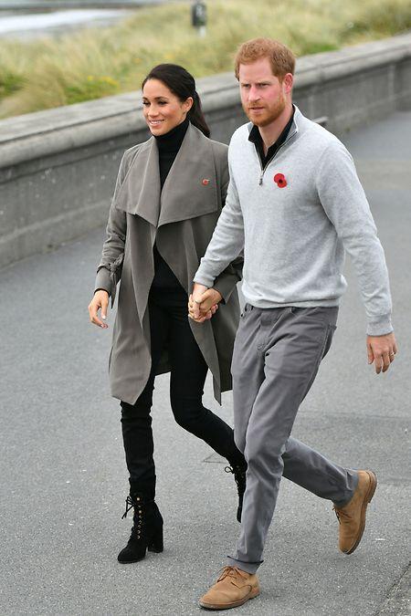 2018, Neuseeland: Prinz Harry, Herzog von Sussex und seine Frau Herzogin Meghan kommen zu einem Treffen mit Jugendlichen.