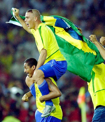 Ronaldo às cavalitas de Vampeta