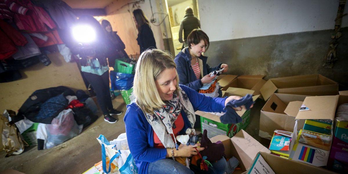 Abends und nachmittags treffen sich junge Mütter um die für Flüchtlinge gespendete Waren zu sortieren und einzupacken.