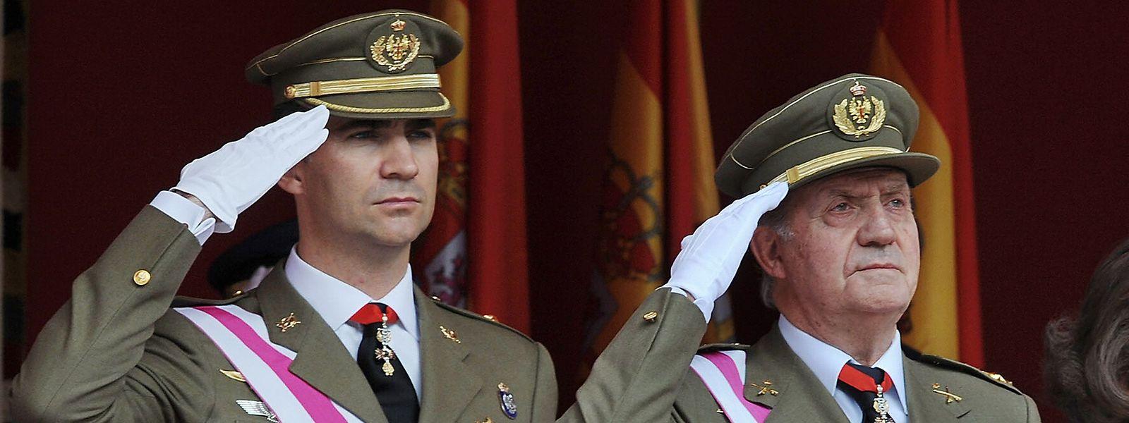 Archivbild aus dem Jahr 2008: Der damalige König Juan Carlos mit seinem Sohn und späteren Nachfolger Felipe (l.).