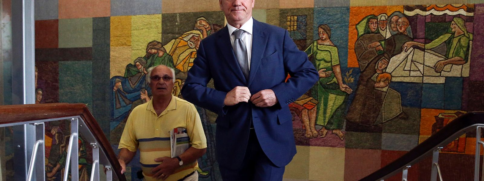 """O antigo ministro, Armando Vara (D), esta manhã à entrada do Tribunal de Aveiro momentos antes da leitura do acórdão do caso """"Face Oculta"""".  PAULO NOVAIS/LUSA"""