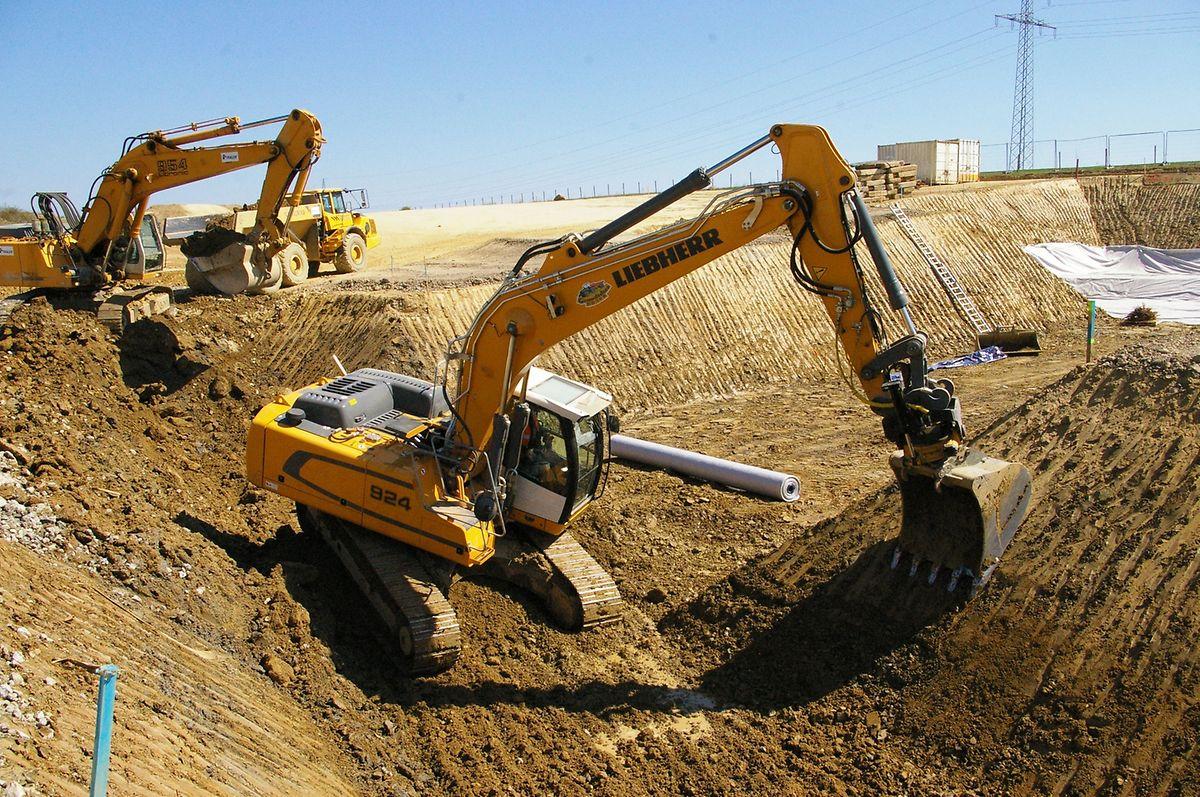 Parallel zur Bodenverfestigung wird etwas weiter auf der Baustelle eine Unterführung für Landwirte vorbereitet.