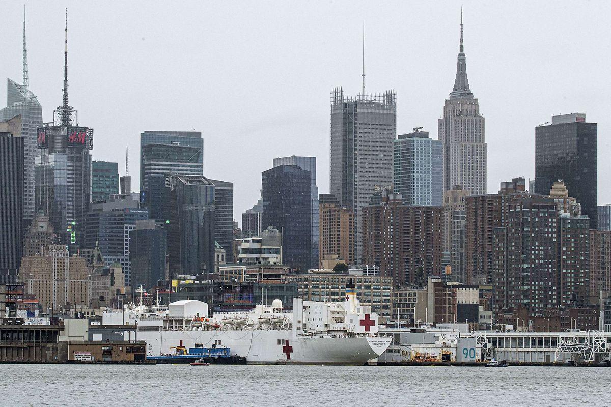 Das Lazarettschiff USNS Comfort liegt im Hafen von New York vor Anker.