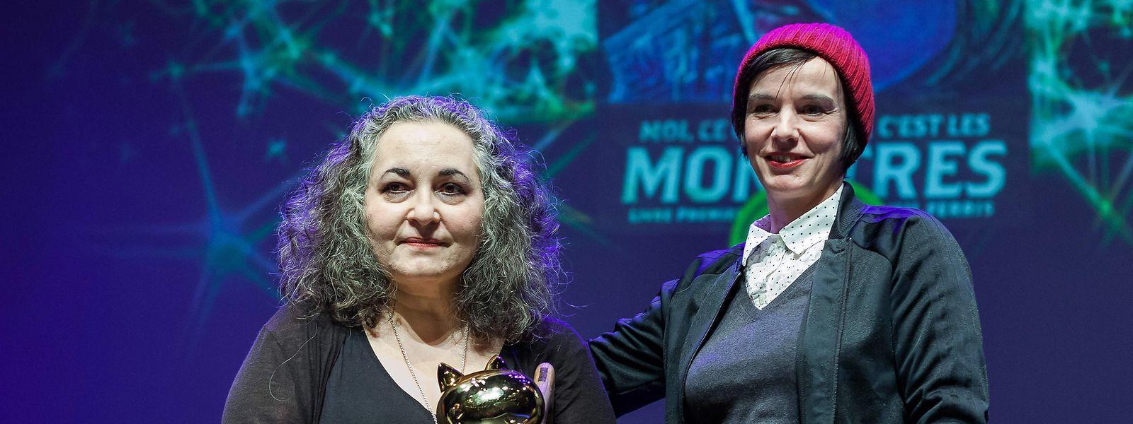 Angoulême 2019, une histoire de femmes: Dominique Goblet, présidente du jury du Festival International de la Bande Dessinée, remet le Fauve d'Or à l'Américaine Emil Ferris (à gauche).