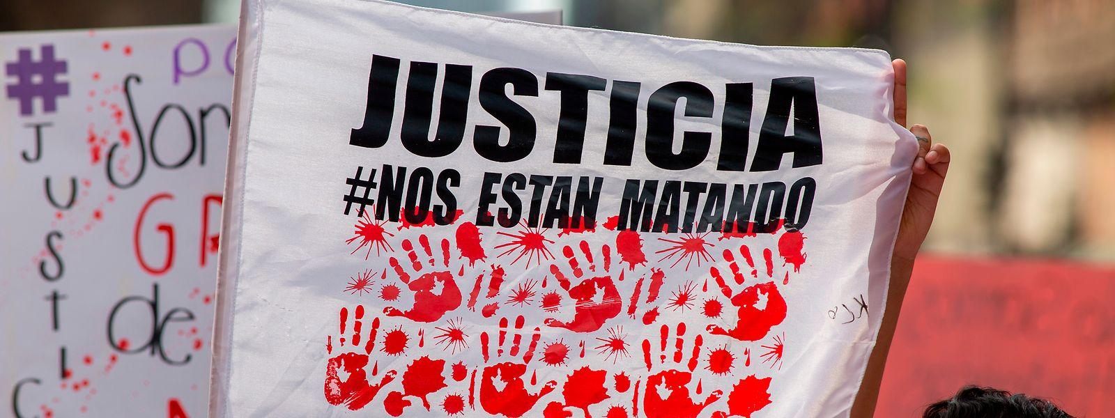 Eine Frau hält am Internationalen Frauentag eine Fahne mit der Aufschrift «Gerechtigkeit» hoch. In ganz Lateinamerika wurden laut offiziellen Angaben 2020 3.752 ermordet.