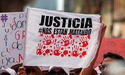 ARCHIV - 08.03.2020, Mexiko, Mexiko-Stadt: Eine Frau hält am Internationalen Frauentag eine Fahne mit der Aufschrift «Gerechtigkeit». Im April sind in Mexiko mehr Frauen ermordet worden als in jedem anderen Monat in den vergangenen fünf Jahren. Foto: Jair Cabrera Torres/dpa +++ dpa-Bildfunk +++