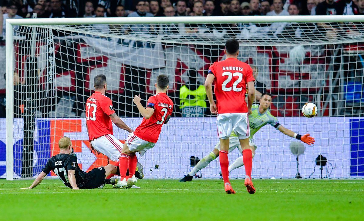 Sebastian Rode, já no chão, de preto, marcou o segundo golo do Eintracht Frankfurt e qualificou a formação alemã.