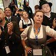 14.10.2018, Bayern, München: CSU-Anhänger reagieren bei der Wahlparty der CSU im Landtag auf die Bekanntgabe der Prognosen. Die Wähler in Bayern haben ein neues Landesparlament gewählt. Foto: Michel Kappeler/dpa +++ dpa-Bildfunk +++