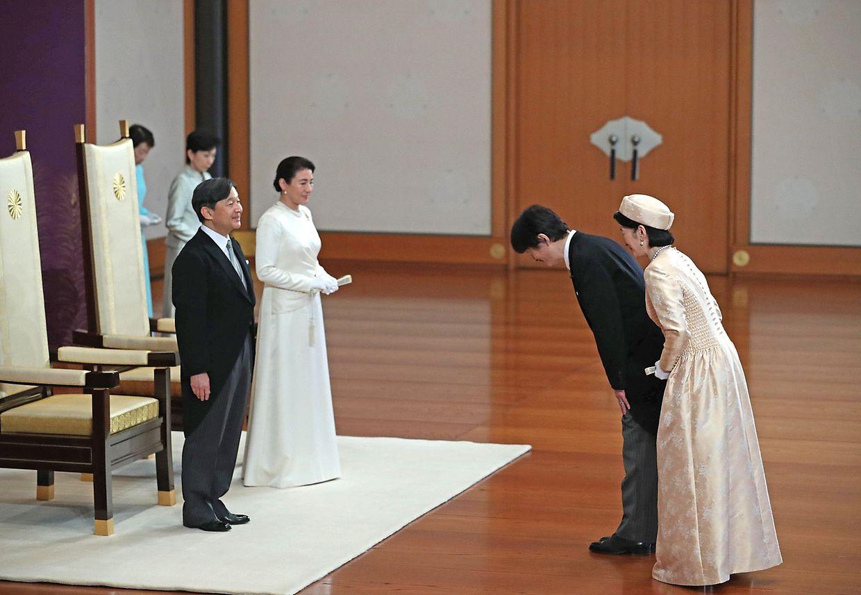 Os novo Imperador e Imperatriz (à esquerda) congratulados pelo irmão e pela cunhada de Naruhito, o Príncipe Akishino e a Princesa Kiko, na cerimónia no Palácio Imperial, em Tóquio.