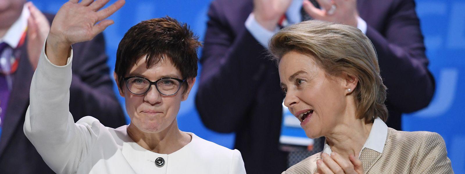 Die neue deutsche Verteidigungsministerin Annegret Kramp-Karrenbauer mit ihrer Vorgängerin Ursula von der Leyen.