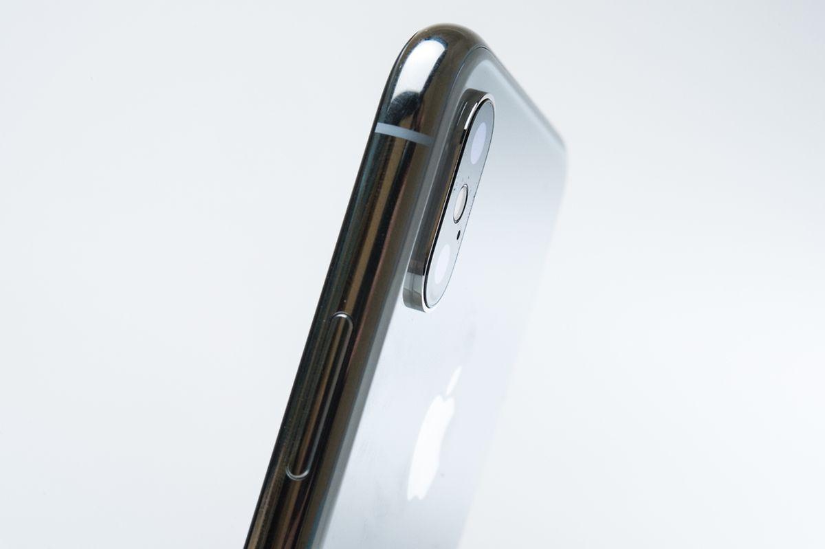 Apples iPhone X besteht aus einem glänzenden Metallrahmen und vorne wie hinten robustem Glas. Die stabilisierten Kameras stecken in einem aus der Gehäuserückseite herausragenden Modul.