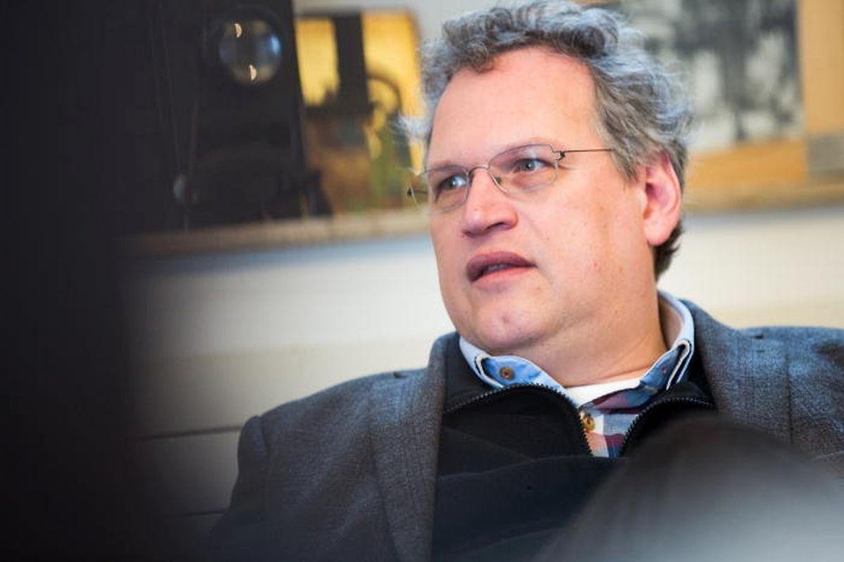 Der Titularpastor  der protestantischen Kirche, Volker Strauß, kritisiert, dass die Ausarbeitung des Werteunterricht unter großem zeitlichen Druck vollzogen wird.