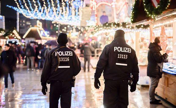 Le marché de Noël de Berlin visé par l'attentat au camion a rouvert jeudi, sans musique et dans l'émotion, trois jours après qu'un camion bélier a provoqué la mort de 12 personnes.
