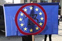 dpatopbilder - 23.03.2019, Sachsen, Leipzig: Mit einem Schild gegen Artikel 13 stehen Teilnehmer bei einer Demonstration unter dem Motto «Save the Internet» gegen Upload-Filter anlässlich der geplanten EU-Urheberrechtsreform. Kurz vor der entscheidenden Abstimmung über die Reform des Urheberrechts im EU-Parlament haben Tausende in Europa gegen das Vorhaben protestiert. Gegner der Reform und vor allem des umstrittenen Artikels 13 hatten Demonstrationen in rund 20 Ländern angekündigt. Foto: Peter Endig/dpa +++ dpa-Bildfunk +++