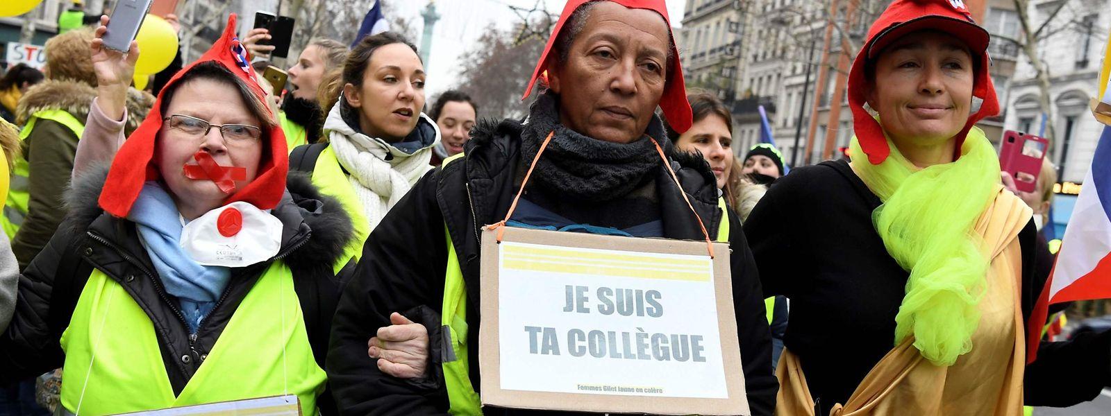 Des femmes ont manifesté en gilets jaunes, ici près de la place de la Bastille à Paris.