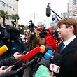 Der Anwalt der festgenommenen Frontfrauen trat am Dienstag vor die Presse.