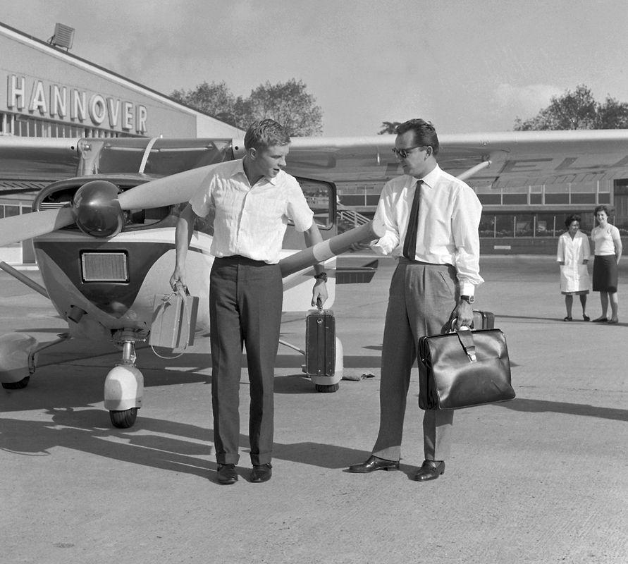 Der deutsche Schauspieler Hardy Krüger (l) und sein Freund und Co-Pilot Wolf-Dietrich Seelmann (r) kurz vor dem Abflug neben ihrer Maschine, einer Cessna 182 «Skylane», am Flughafen Hannover-Langenhagen, im Jahre 1961. Krüger wollte mit zahlreichen Stopps bis nach Afrika fliegen, um dort Material für ein Afrika-Buch zu sammeln.