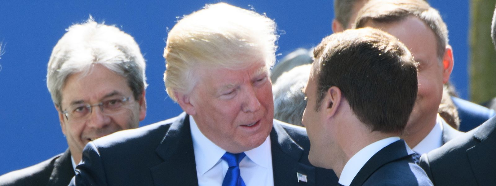 """Brüssel 2017: US-Präsident Donald Trump (l) und der französische Präsident Emmanuel Macron nehmen an der Eröffnungszeremonie des neuen Nato-Hauptquartiers teil. Der """"Handshake"""" dauert fast 30 Sekunden."""