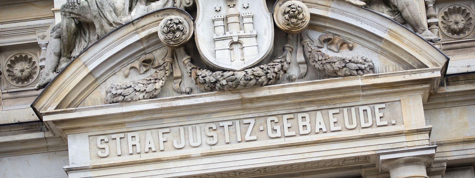 Der Haupteingang zum Strafjustizgebäude. Am 27.11.2019 wird voraussichtlich das Urteil im Prozess gegen vier Männer wegen Unterstützung einer terroristischen Vereinigung im Ausland verkündet.