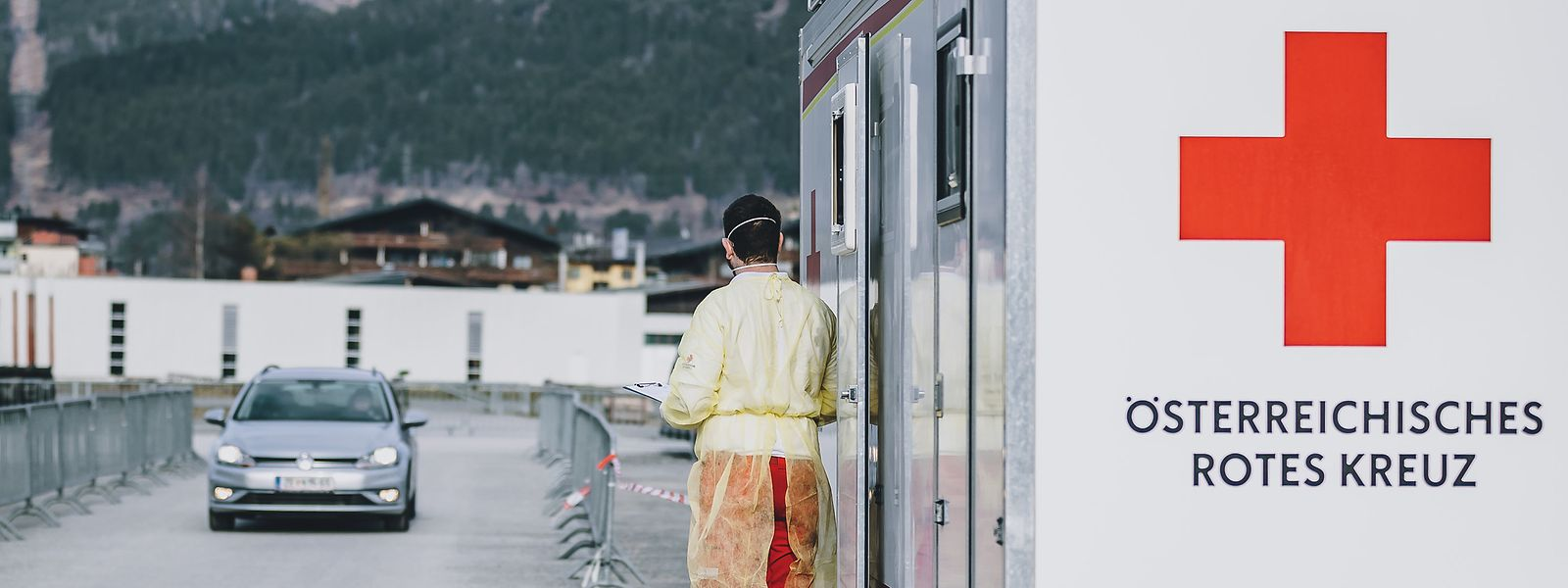"""In Zell am See hat das österreichische Rote Kreuz eine """"Drive-Through""""-Teststation eingerichtet."""