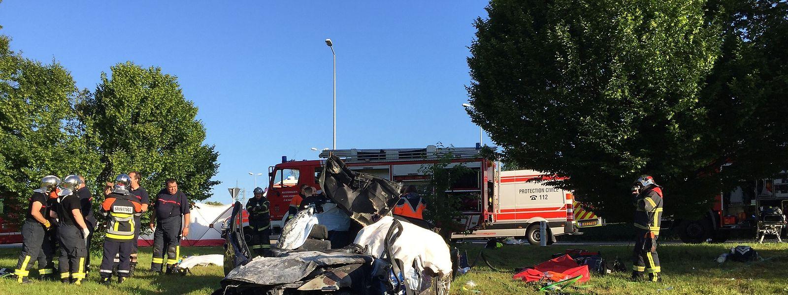 Bei dem schweren Unfall haben eine Frau (20) sowie ein Mann (38) ihr Leben gelassen.