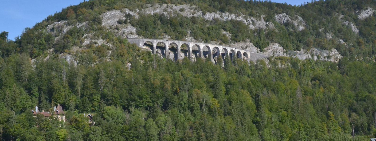 """Bei Mortez bietet die Eisenbahnlinie """"ligne des hirondelles"""" eine beeindruckende Linienführung mit den beiden Viadukten."""