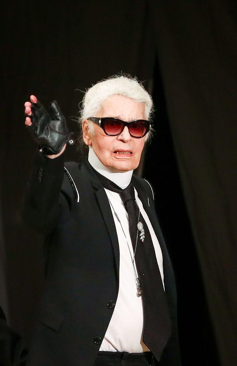 2017: Der Modezar winkt zum Ende der exklusiven Modenschau im Großen Saal der Elbphilharmonie.