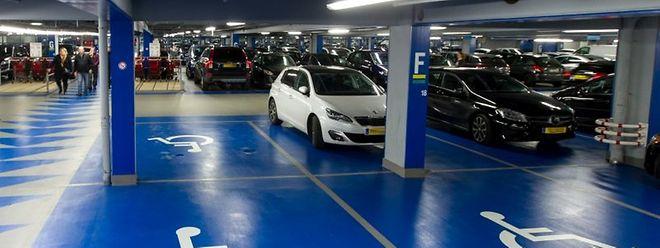 Ab und an sind viele Behindertenstellplätze der Supermarktkette Auchan belegt. Jedoch sind nicht alle Autos dort rechtmäßig geparkt.